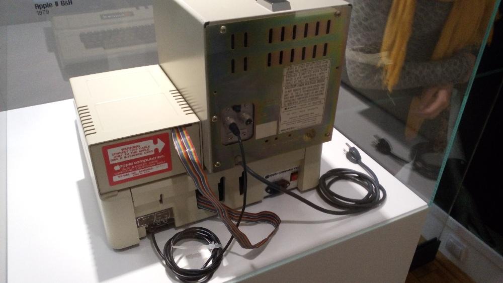 Seznamte se, tohle je Apple II - počítač, který je prý zezadu hezčí, než většina počítačů zepředu